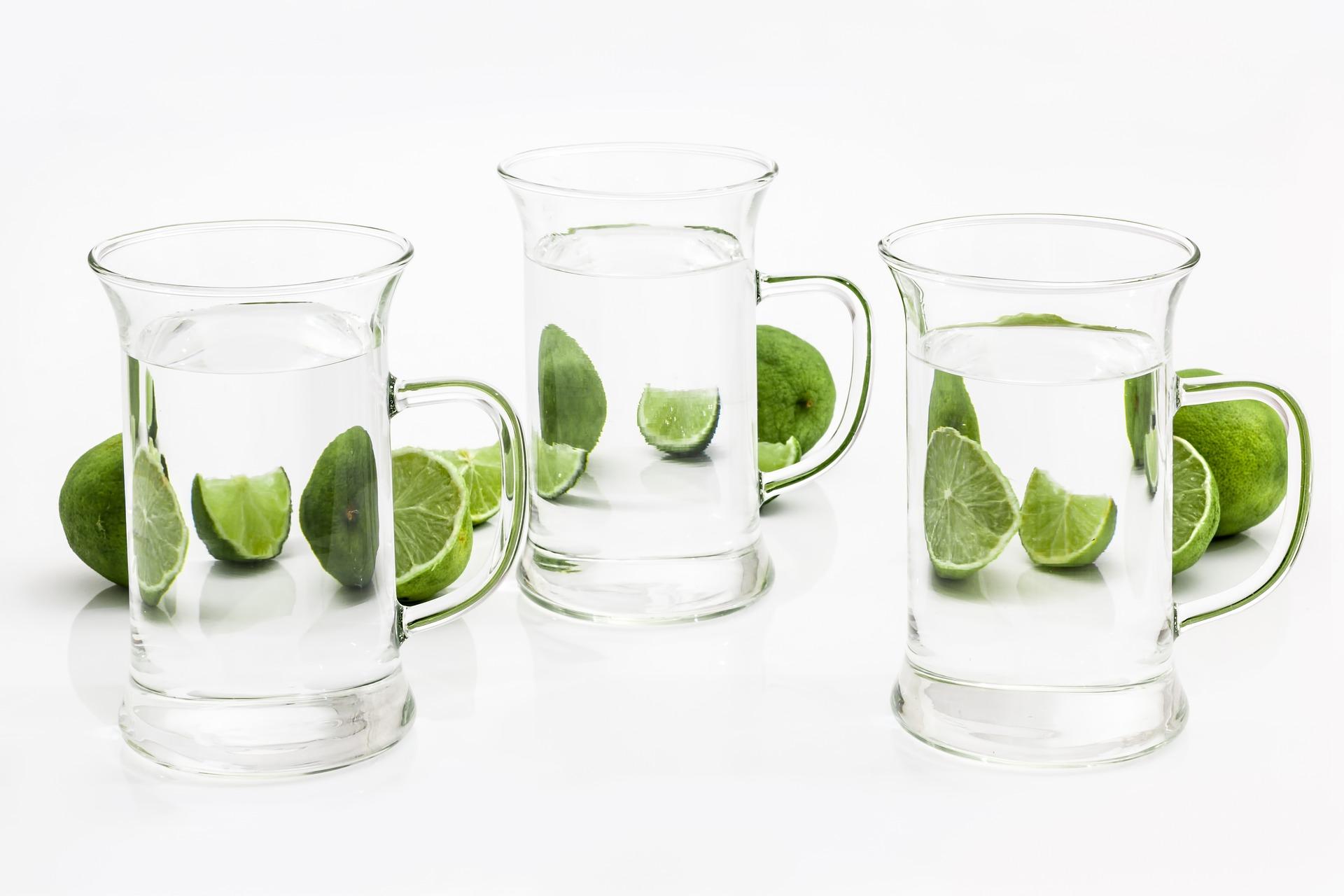Sklo drink voda zlutozelena citrus kapalina